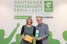 Hildegard Schwering wird der Preis überreicht