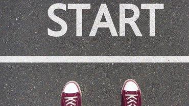 Abbildung Turnschuhe auf Asphalt: Dein Start in die Ausbildung. Wir beraten Dich, was Du brauchst.